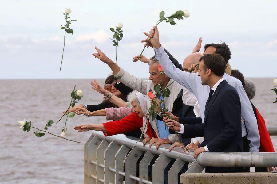 Emmanuel et Brigitte Macron ont jeté des roses dans le fleuve, aux côtés de familles de disparus, jeudi au parc de la Mémoire à Buenos Aires.