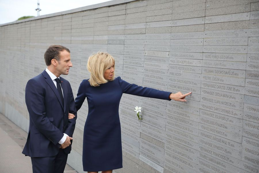 Emmanuel et Brigitte Macron dans le parc de la Mémoire à Buenos Aires, devant un mur qui compte 10 000 noms de disparus. Les ONG estiment à 30 000 le nombre total de disparus victimes de la dictature.