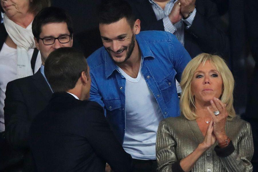 Emmanuel Macron salue le capitaine Hugo LLoris.