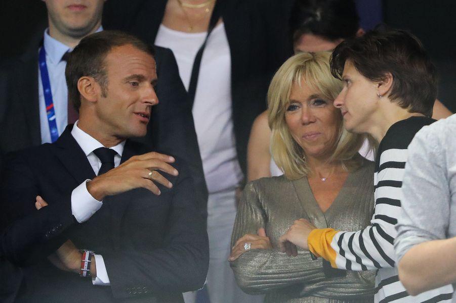 Emmanuel et Brigitte Macron en compagnie de la nouvelle ministre des sports Roxana Maracineanu.