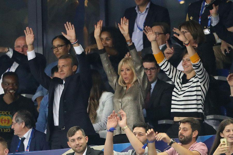 Le chef de l'Etat, son épouse Brigitte et Roxana Maracineanu fêtent les champions du monde.
