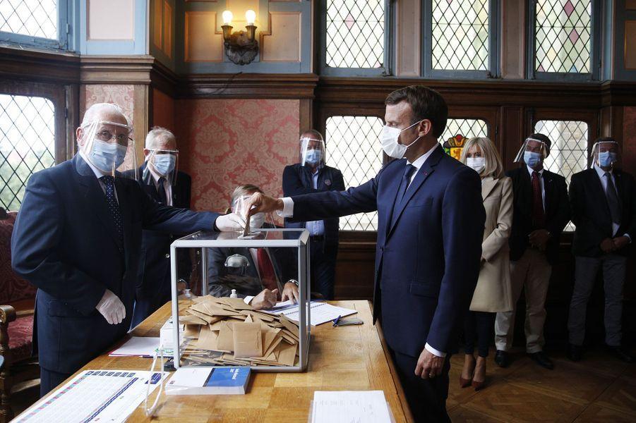 Emmanuel Macron vote au Touquet pour le second tour des municipales.