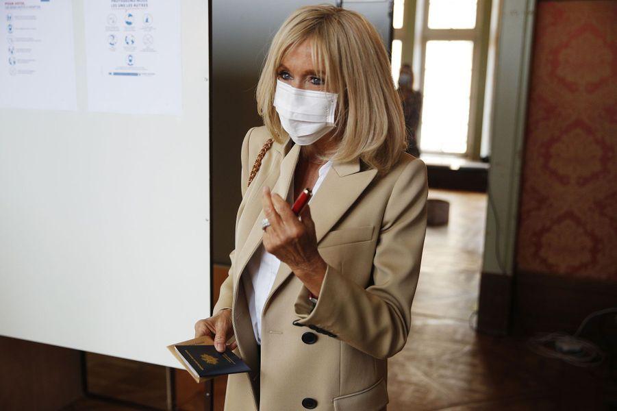 Brigitte Macron vote au Touquet pour le second tour des municipales.