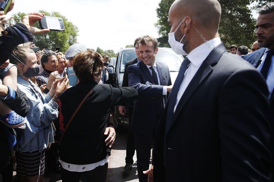 Emmanuel Macron salue la foule devant la mairie du Touquet.