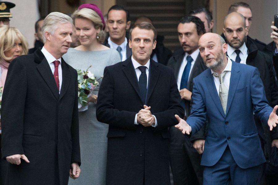 M. Macron, son épouse Brigitte, le roi des Belges Philippe et la reine Mathilde ont visitémardi matin une coopérative d'artistes et d'entrepreneurs à Molenbeek, en Belgique.