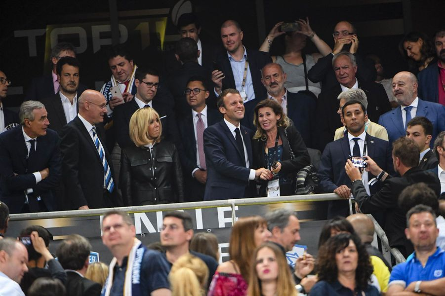 Emmanuel Macron et Brigitte Macron en tribune, samedi soir, pour la finale du top 14. A gauche, Bernard Laporte, le patron de la FFR.