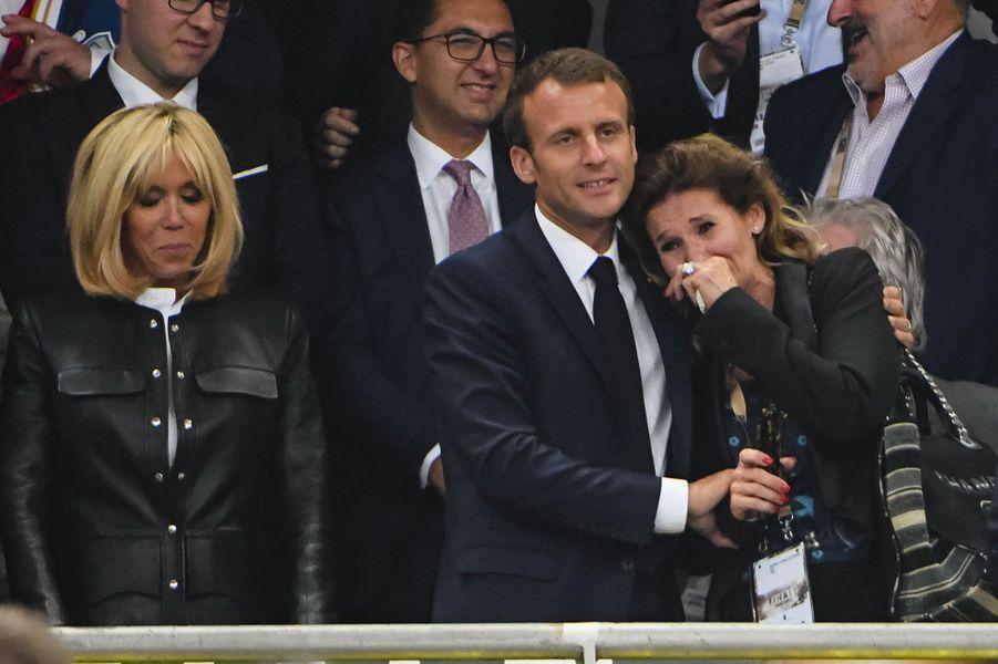 Le président réconforte une supportrice très émue, samedi soir au Stade de France.