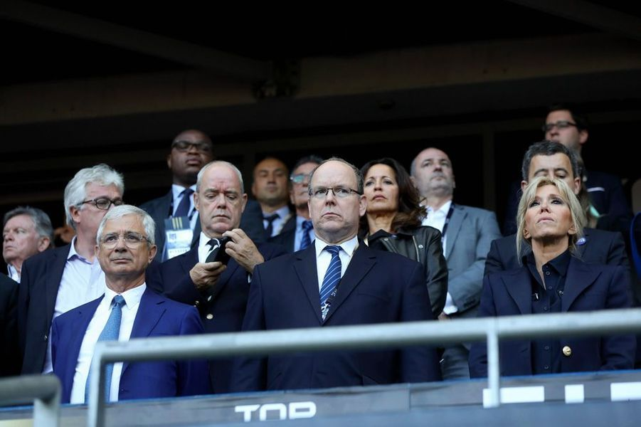 Claude Bartolone, le prince Albert II de Monaco et Brigitte Macron dimanche au Stade de France pour la finale du Top 14 entre Clermont et Toulon.