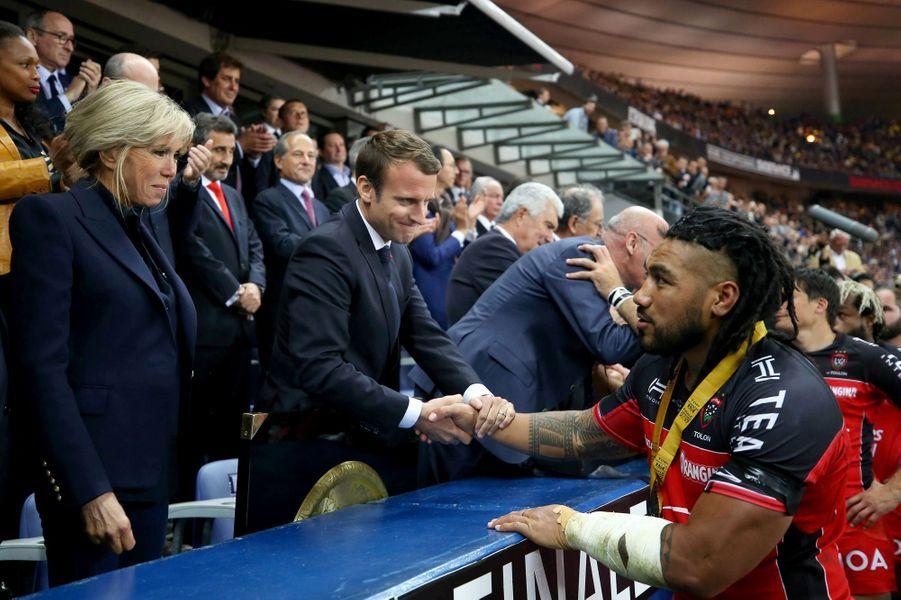 Le couple présidentiel salue les joueurs de Toulon.