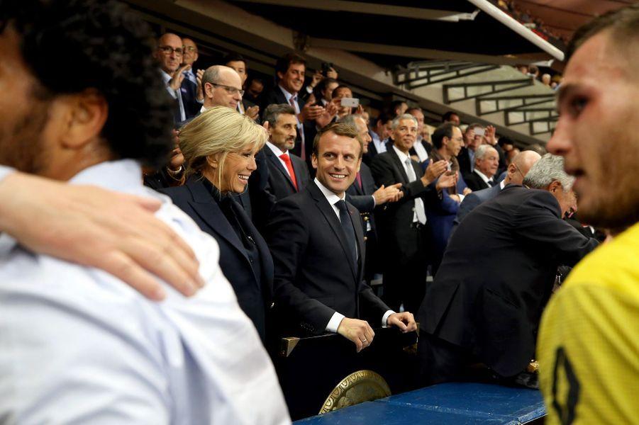Emmanuel et Brigitte Macron félicitent les vainqueurs.