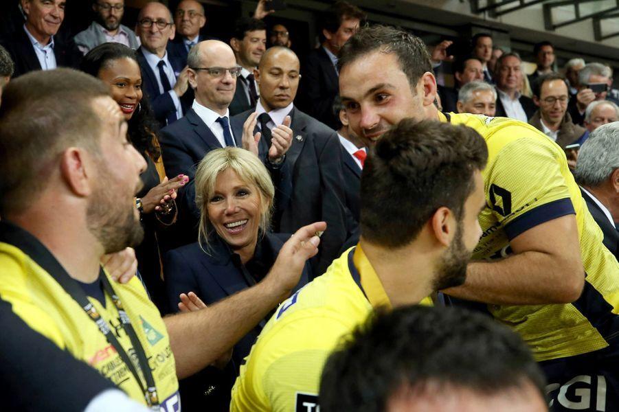 Brigitte Macron et les Clermontois, qui viennent de décrocherun nouveau titre de champion de France.