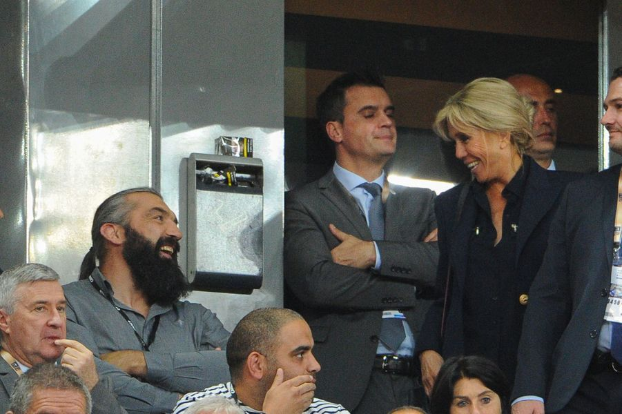 Brigitte Macron plaisante avec Sébastien Chabal lors de la finale du Top 14.