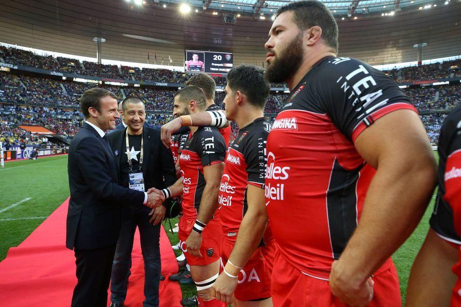 Emmanuel Macron, en compagnie du président du RC Toulon Mourad Boudjellal, salue les joueurs de Toulon avant la rencontre.