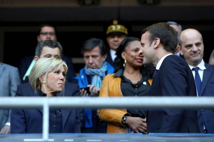 Emmanuel Macron et son épouse Brigitte dimanche au Stade de France pour la finale du Top 14 entre Clermont et Toulon. Derrière eux, la ministre des Sports Laura Flessel.