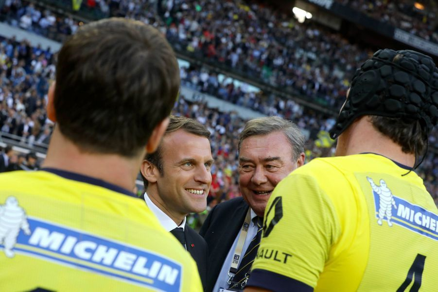 Emmanuel Macron salue les joueurs de Clermont avant la rencontre.