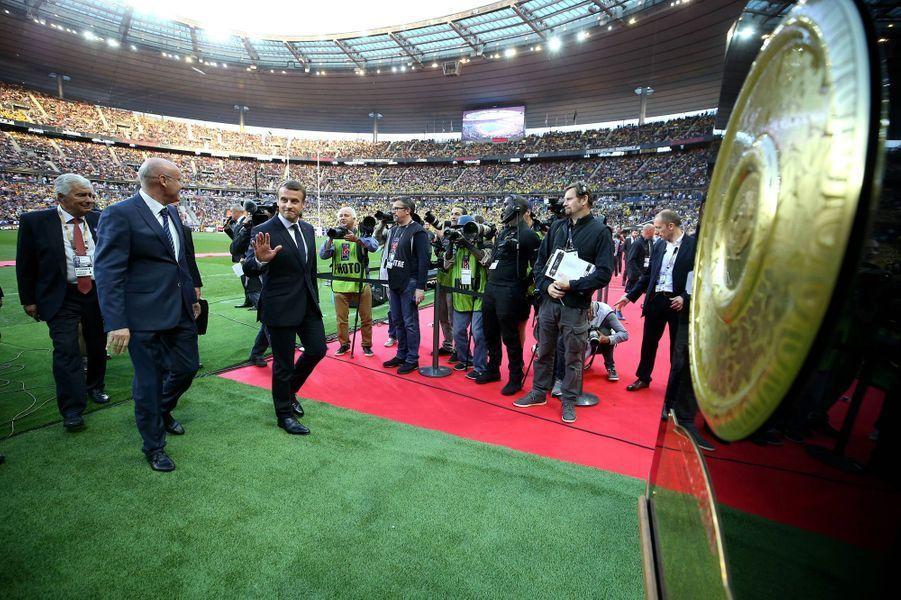Emmanuel Macron et le président de la Fédération française de Rugby Bernard Laporte sur la pelouse du Stade de France avant la rencontre entre Clermont et Toulon.