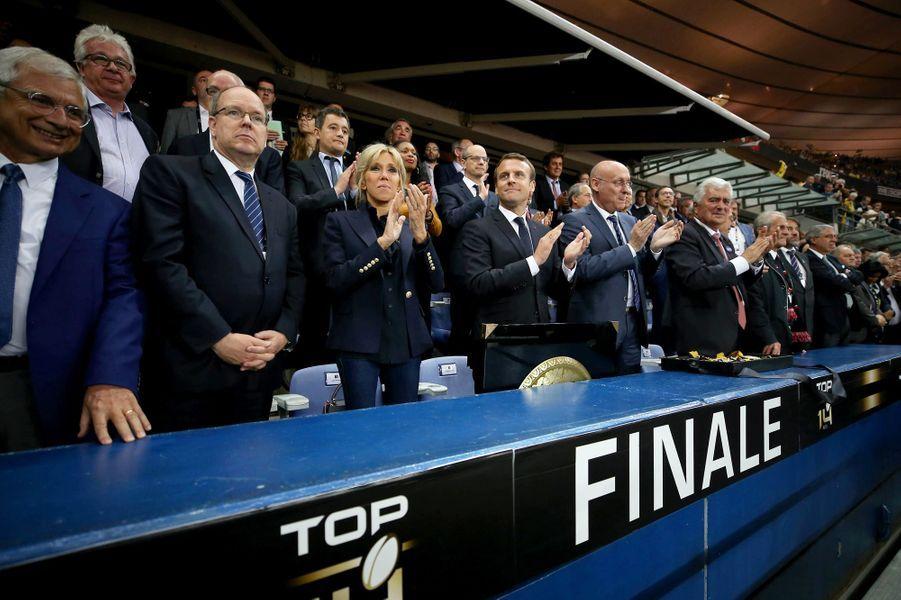 Au premier rang pour assister à la finale du Top 14 : Claude Bartolone, le prince Albert II de Monaco, Brigitte Macron, Emmanuel Macron et Bernard Laporte.