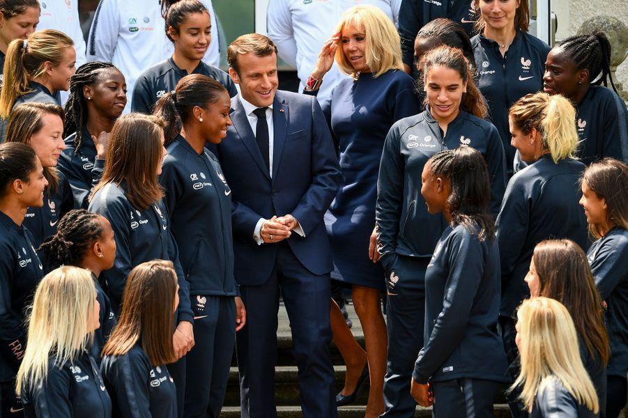 Emmanuel et Brigitte Macron avec les Bleues, mardi à Clairefontaine.