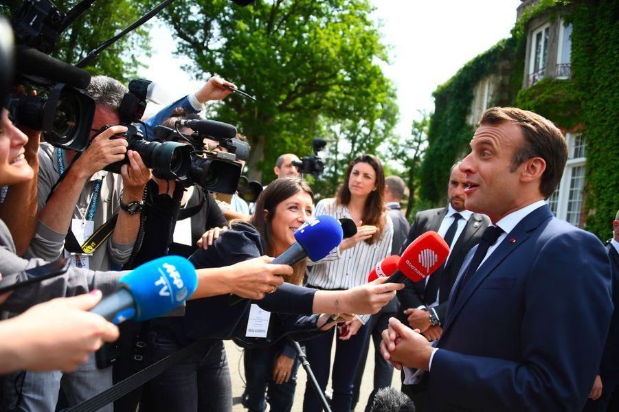 Emmanuel Macron face aux journalistes, mardi à Clairefontaine.