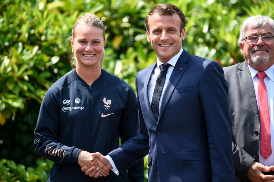 La capitaine des Bleues Amandine Henry avec Emmanuel Macron, mardi à Clairefontaine.