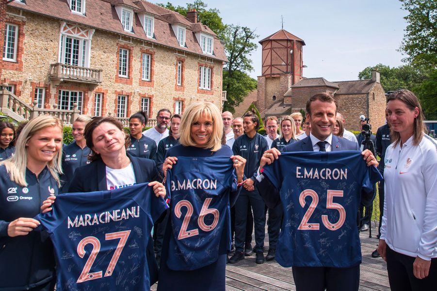 Roxana Maracineanu, Brigitte Macron et Emmanuel Macron posent avec leurs maillots, mardi à Clairefontaine.