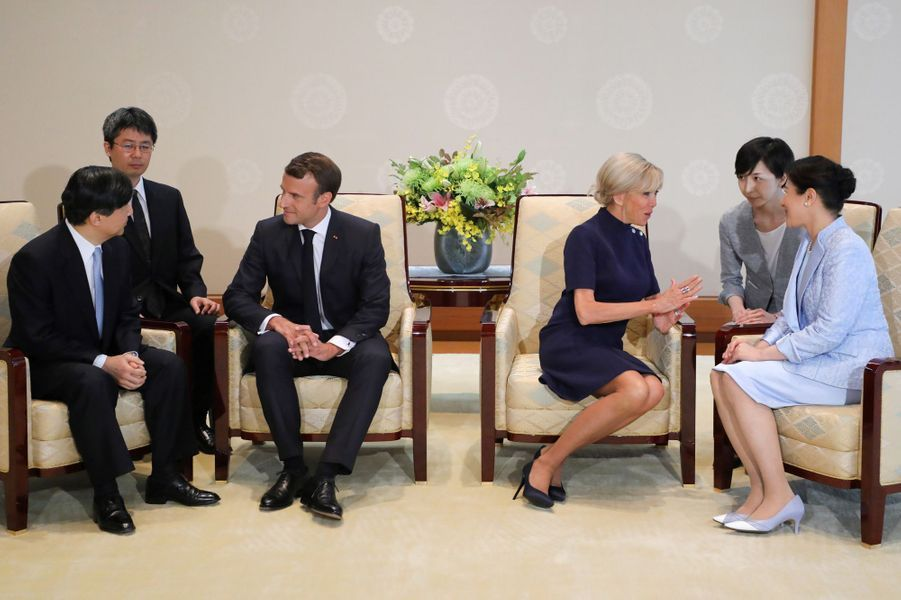 Le nouvel empereur du Japon, Naruhito, etl'impératrice Masako reçoiventEmmanuel Macron et son épouse Brigittedans leurpalaisen plein coeur de Tokyo.