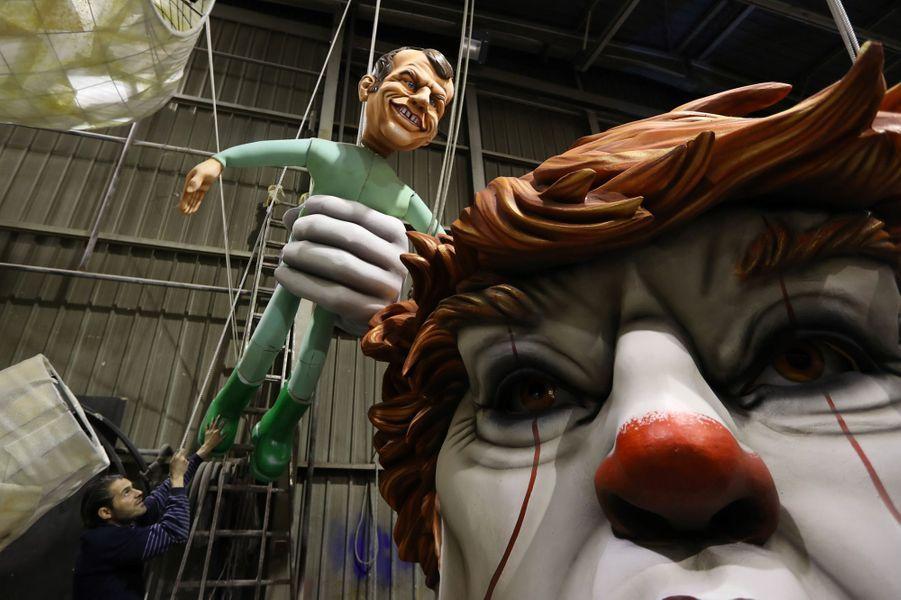 Une caricature d'Emmanuel Macron et de Donald Trump sur un char du Carnaval de Nice.