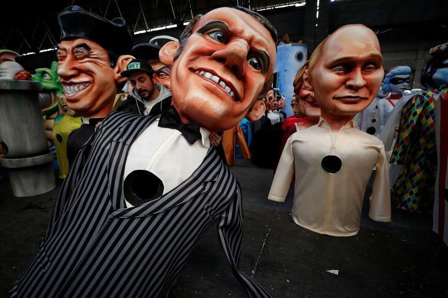 Des grosses têtes à l'effigie d'Emmanuel Macron et de Vladimir Poutine.