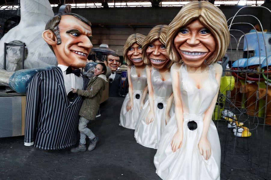 Des grosses têtes à l'effigie de Brigitte et Emmanuel Macron.