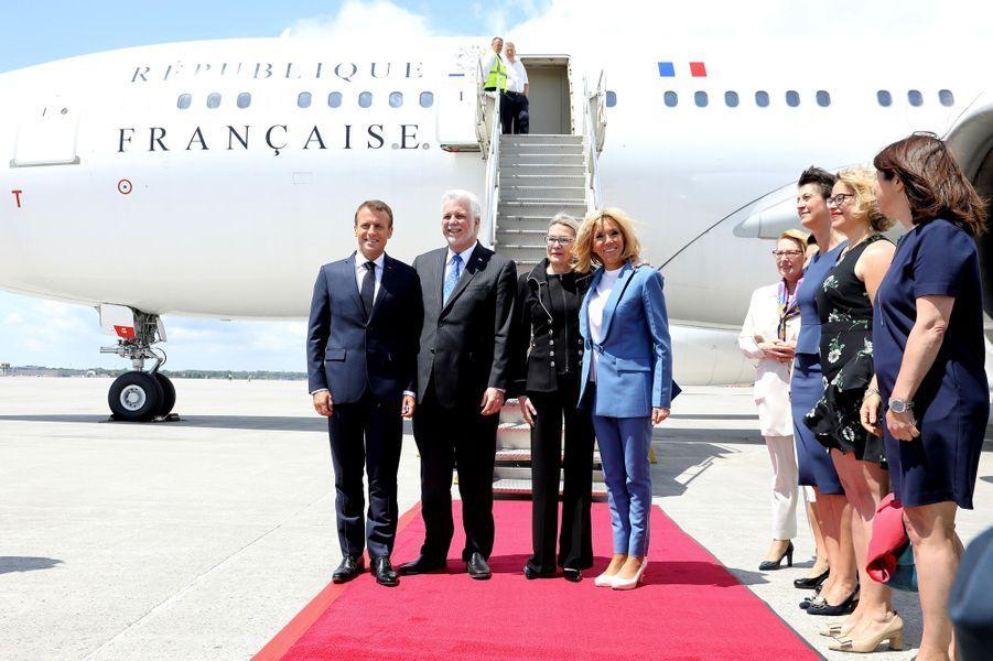 Le Premier ministre du Québec Philippe Couillard et sa femme Suzanne Pilote accueillent Emmanuel et Brigitte Macron à l'aéroport international Pierre-Elliott-Trudeau de Montréal.