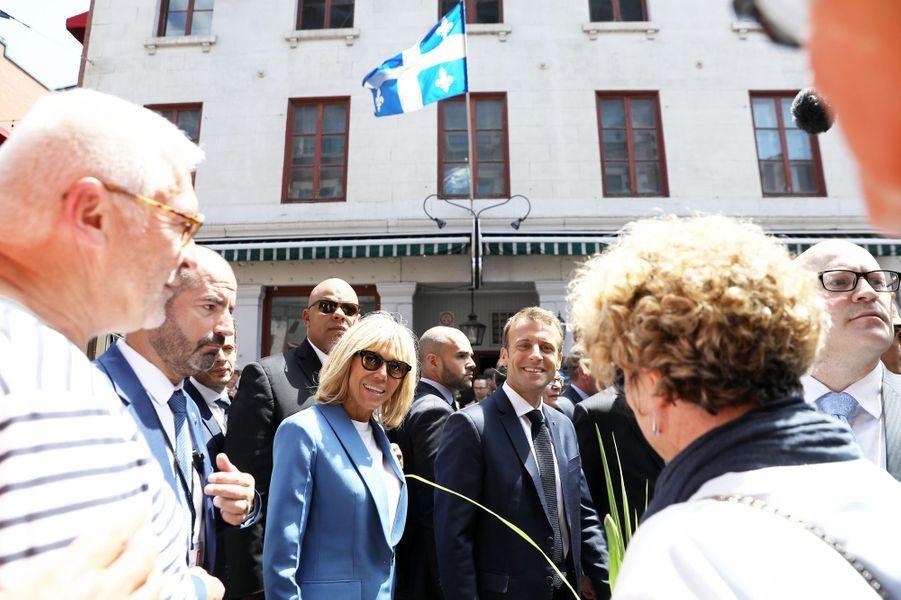 Emmanuel Macron, son épouse Brigitte, Philippe Couillard et Suzanne Pilote déambulent dans les rues du Vieux-Montréal.