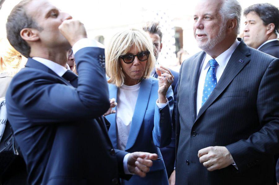 Emmanuel Macron et son épouse goûtent le traditionnel sirop d'érable.