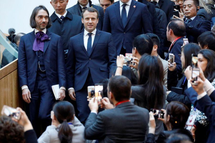 Emmanuel Macron et le député Cédric Villanidans l'incubateur d'entreprises Soho Q à Pékin.