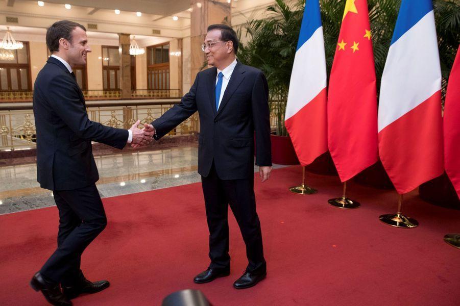Emmanuel Macron rencontre Li Keqiang, Premier ministre chinois, auPalais de l'Assemblée du Peuple.