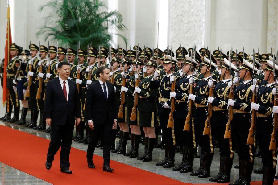 Emmanuel Macron et Xi Jinping passent en revue les troupes auPalais de l'Assemblée du Peuple.