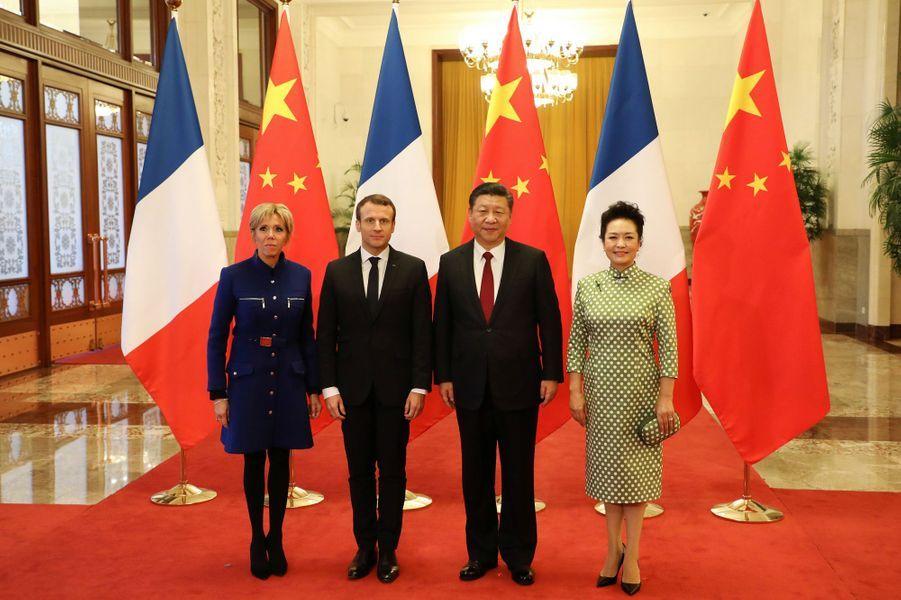 Emmanuel et Brigitte Macron posent avec Xi Jinping et son épouse Peng Liyuan auPalais de l'Assemblée du Peuple.