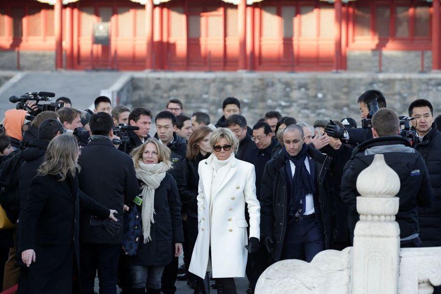 Emmanuel et Brigitte Macron à la Cité interdite de Pékin, accompagnés parune classe du lycée français de la ville.