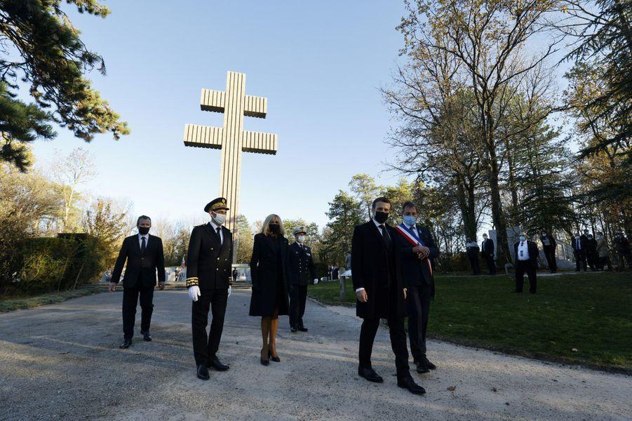 Cérémonie militaire au pied de l'immense Croix de Lorraine qui domine les vignes et les champs environnants.