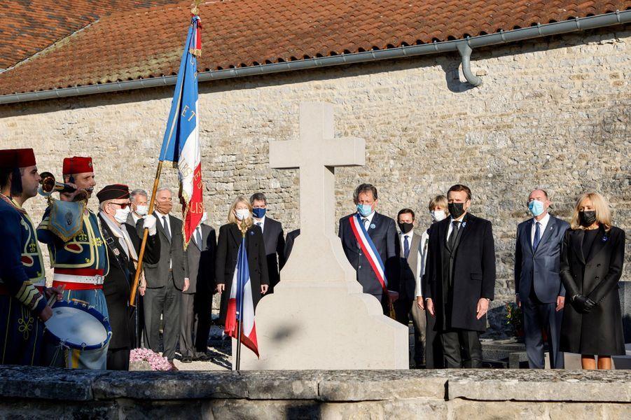 Emmanuel Macron et son épouse Brigitte devant la tombe du général de Gaulle,à Colombey-les-deux-Eglises.