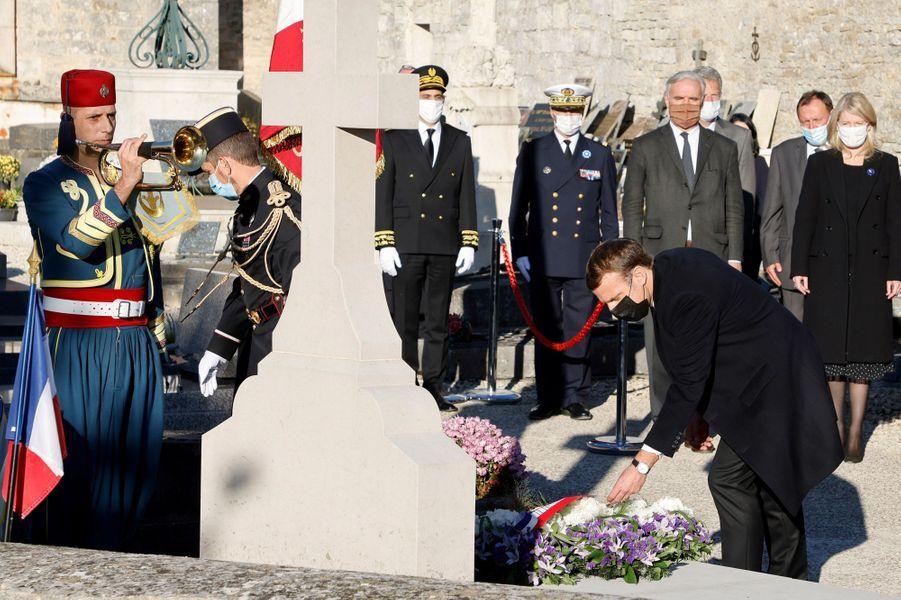 Dépôt de gerbe sur la tombe de Charles de Gaulle.