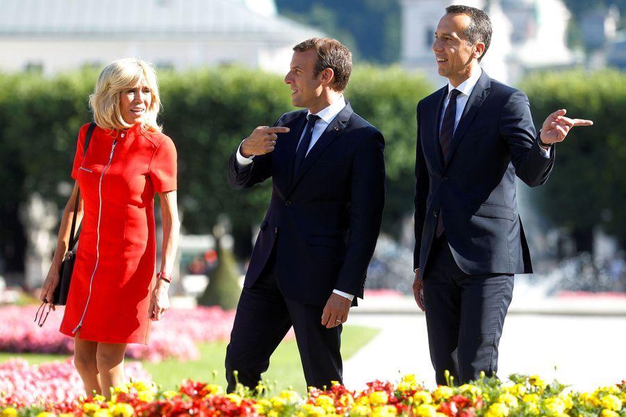 Brigitte et Emmanuel Macron, aux côtés de Christian Kern, face aux photographes.