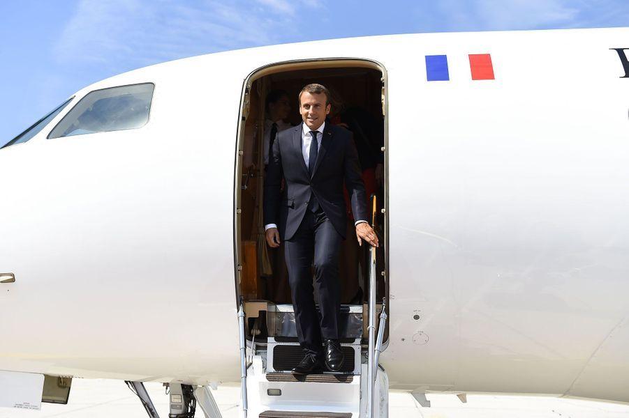 Le président Emmanuel Macron débarque du Falcon 7X de la présidence à l'aéroport de Salzbourg, en Autriche.