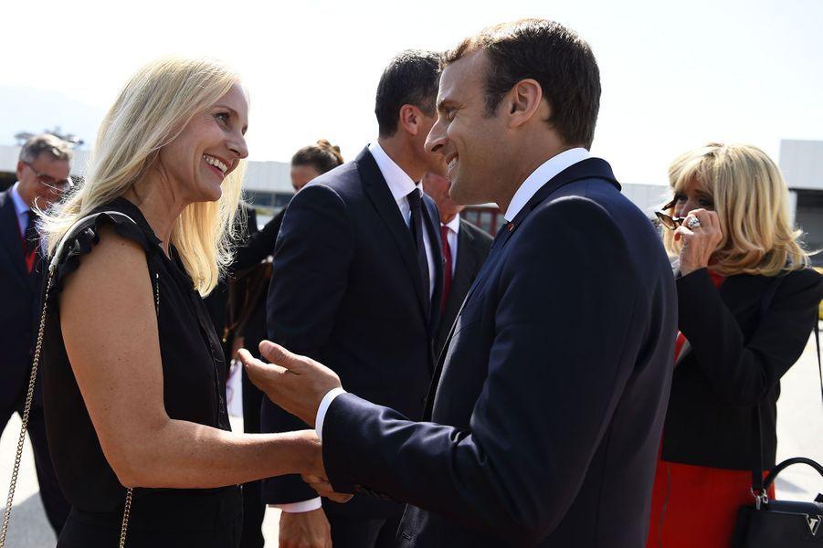 Eveline Steinberger-Kern salue Emmanuel Macron, tandis que son époux, le chancelier Christian Kern, accueille Brigitte Macron.