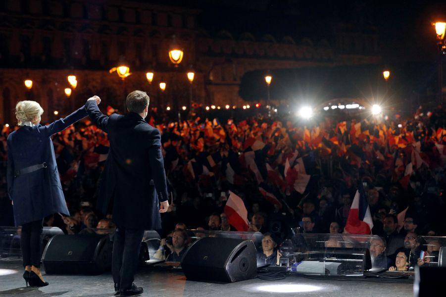 Emmanuel et Brigitte Macron sur scène.