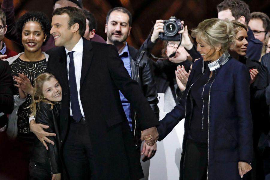 Emmanuel Macron, enlaçantune de ses petites-filles, et Brigitte Macron.