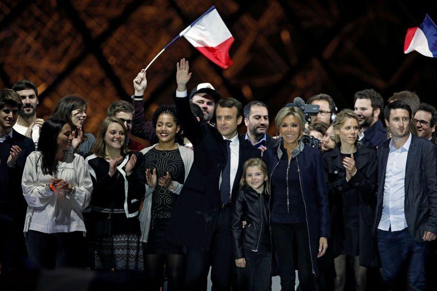 Au Louvre, Emmanuel Macronentouré de ses proches et de militants.