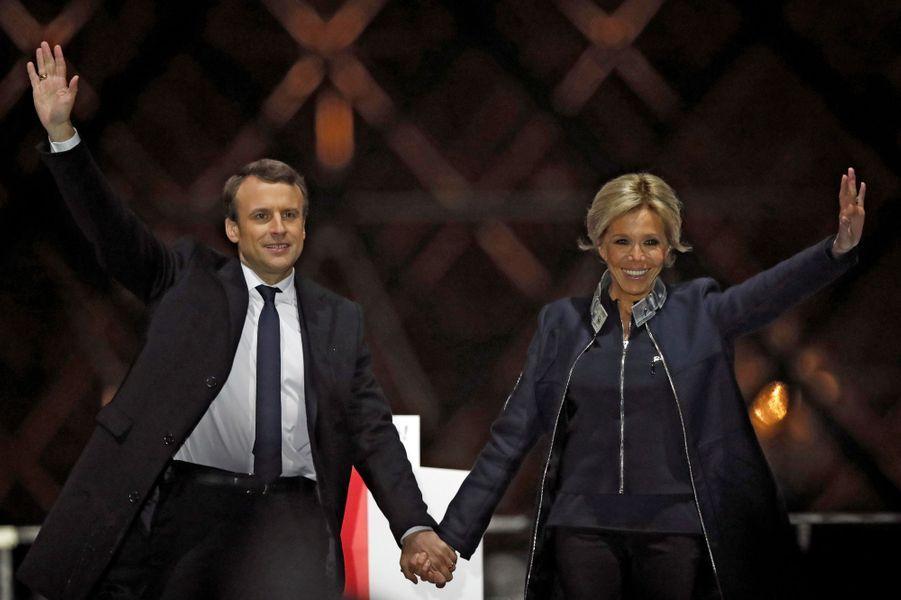Emmanuel Macron et son épouse Brigitte sur scène au Louvre.