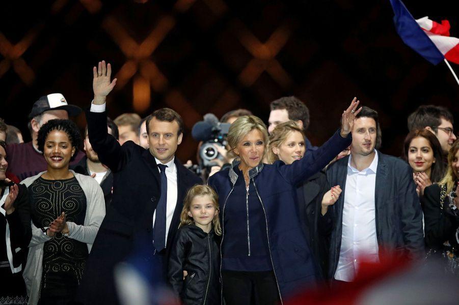 Emmanuel Macron entouré de ses proches et de militants.