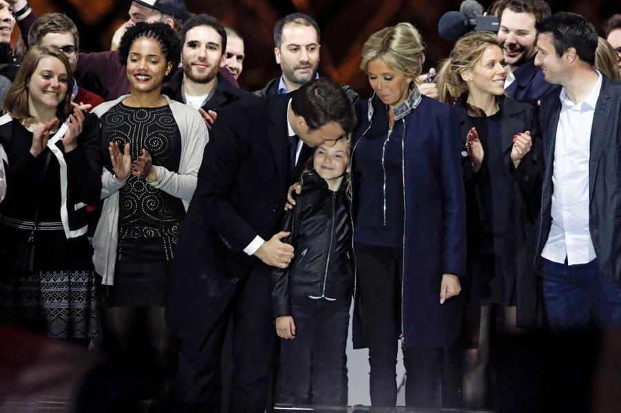 Emmanuel Macron embrassant une de ses petites-filles. A leurs côtés Brigitte Macron, Tiphaine Auzière et son mari.