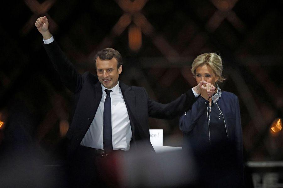 Emmanuel Macron et son épouse Brigitte au Louvre pour fêter la victoire à la présidentielle.